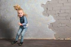Danse mignonne de petite fille, sautant, souriant et posant à l'appareil-photo Photos libres de droits