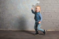 Danse mignonne de petite fille, sautant, souriant et posant à l'appareil-photo Images libres de droits