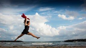 Danse modèle sur la plage images stock