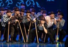 Danse moderne homme-chinoise danse-humoristique de béquille vieille Image stock