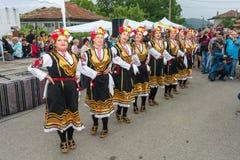 Danse nationale femelle aux jeux de Nestenar dans le village de Bulgari, Bulgarie Image stock