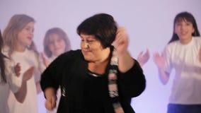 Danse peu commune, adolescents et une danse de professeur dans une disco clips vidéos
