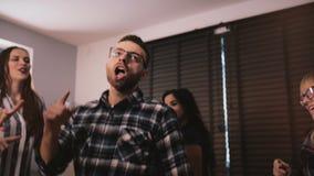 Danse réussie heureuse d'homme d'affaires folle à la partie d'entreprise de célébration d'amusement avec le mouvement lent 4K d'a clips vidéos