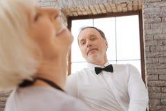 Danse retirée animée de couples dans le studio de danse Photo stock