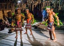 Danse rituelle de danse de tribu de Mentawai d'hommes Images stock
