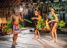 Danse rituelle de danse de tribu de Mentawai d'hommes Photo stock