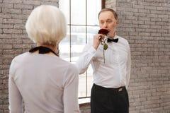 Danse romantique d'homme supérieur avec son épouse dans la salle de bal Images stock