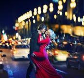 Danse romantique de couples dedans en centre ville Photographie stock libre de droits