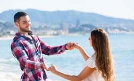 Danse romantique de couples sur la plage Photos stock