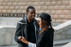Danse romantique dehors Couples heureux d'amour Photographie stock