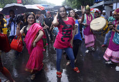 Danse sous la pluie à la fierté d'arc-en-ciel Photo stock
