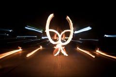 Danse stupéfiante d'exposition du feu Danseurs du feu jouant avec la flamme images libres de droits