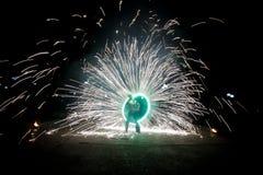 Danse stupéfiante d'exposition du feu Danseurs du feu jouant avec la flamme photo libre de droits
