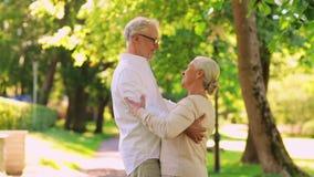 Danse supérieure heureuse de couples au parc de ville d'été banque de vidéos