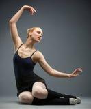 Danse sur la ballerine de plancher avec sa main  Image stock