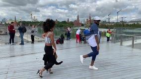 Danse sur la rue, au centre de la ville, banque de vidéos