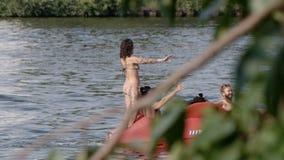 Danse sur un bateau de pédale en rivière à Berlin clips vidéos