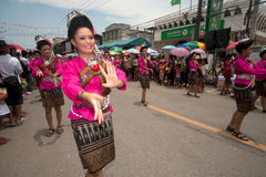Danse thaïlandaise traditionnelle en festival « Boon Bang Fai » de Rocket Photos stock