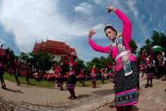 Danse thaïlandaise traditionnelle en festival 'Boon Bang Fai' de Rocket Photo libre de droits