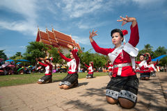 Danse thaïlandaise traditionnelle en festival 'Boon Bang Fai' de Rocket Photos stock