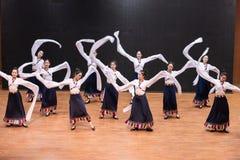 Danse tibétaine de Guozhuang 24-Chinese - répétition d'enseignement au niveau de département de danse photos stock