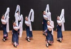 Danse tibétaine de Guozhuang 28-Chinese - répétition d'enseignement au niveau de département de danse images stock