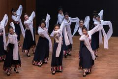 Danse tibétaine de Guozhuang 11-Chinese - répétition d'enseignement au niveau de département de danse photos stock
