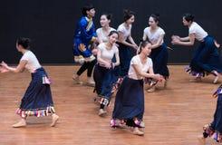 Danse tibétaine de Guozhuang 14-Chinese - répétition d'enseignement au niveau de département de danse photographie stock libre de droits
