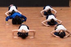 Danse tibétaine de Guozhuang 3-Chinese - répétition d'enseignement au niveau de département de danse images libres de droits