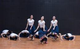Danse tibétaine de Guozhuang 7-Chinese - répétition d'enseignement au niveau de département de danse images stock
