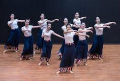 Danse tibétaine de Guozhuang 8-Chinese - répétition d'enseignement au niveau de département de danse image libre de droits