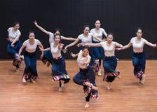 Danse tibétaine de Guozhuang 1-Chinese - répétition d'enseignement au niveau de département de danse photographie stock libre de droits