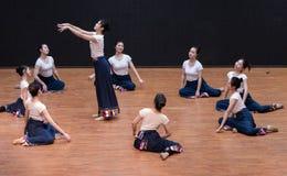 Danse tibétaine de Guozhuang 1-Chinese - répétition d'enseignement au niveau de département de danse images libres de droits