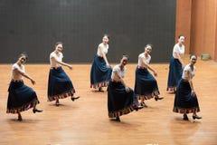 Danse tibétaine de l'action 1-Chinese de robinet - répétition d'enseignement au niveau de département de danse images stock