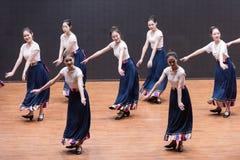 Danse tibétaine de l'action 3-Chinese de robinet - répétition d'enseignement au niveau de département de danse photos stock