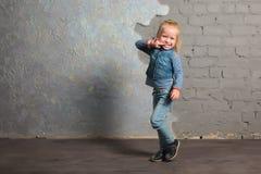 Danse très heureuse, sauter, sourire et poser de petite fille Photos libres de droits