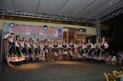 Danse traditionnelle dans le costume traditionnel photo stock