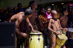 Danse traditionnelle de danseurs du Botswana l'en public images stock