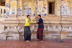 Danse traditionnelle du nord-est thaïlandaise avec la musique photos stock
