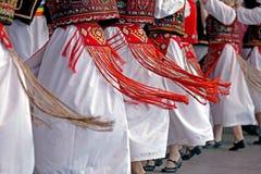 Danse traditionnelle roumaine avec les costumes spécifiques Photographie stock