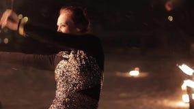Danse tribale étonnante d'exposition du feu la nuit l'hiver sous la neige en baisse Le groupe de danse exécute avec des lumières  clips vidéos