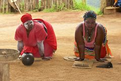 Danse tribale de zoulou en Afrique du Sud Images libres de droits
