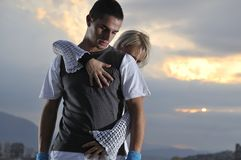 Danse urbaine romantique de couples extérieure Images stock