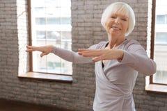 Danse vieillissante avec plaisir de femme dans la salle de bal Image stock