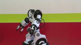 Dansen av en humanoid robot Dansshow Robotdansparti Smart robotteknologi arkivfilmer