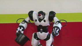 Dansen av en humanoid robot Dansshow Robotdansparti Smart robotteknologi lager videofilmer