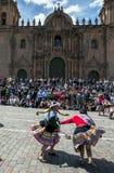 Dansen de kleurrijk geklede uitvoerders onderaan een Cusco-straat tijdens de Meidagparade in Peru royalty-vrije stock foto's