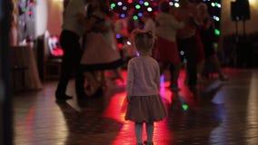 Dansen de weinig kind lettende op volwassenen in patry Voel enthousiast stock video