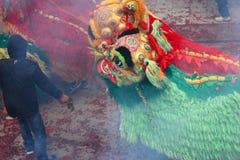 Dansen en de draak die van de leeuw in landelijk China dansen Royalty-vrije Stock Fotografie