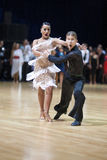 dansen för 19 vuxen människabelarus par kan minsk Arkivbilder